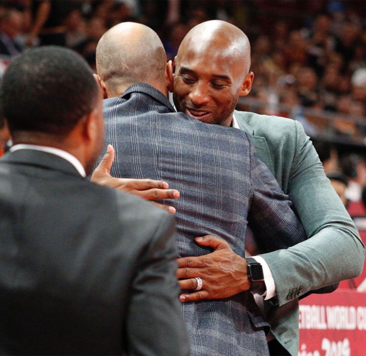 El abrazo entre Ginóbili y Bryant en el estadio Wukesong Arena, de Beijing (@NBA)