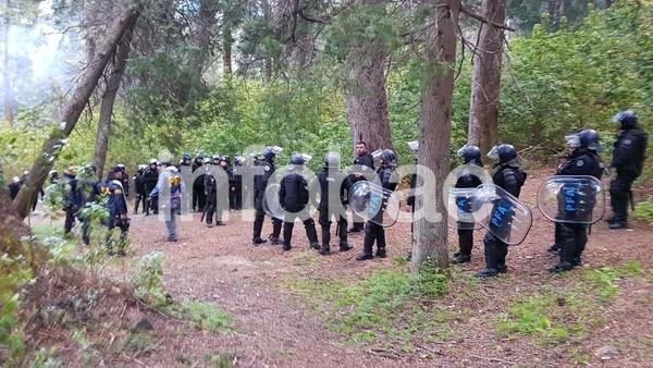 La Policía Federal, durante el allanamiento en Villa Mascardi