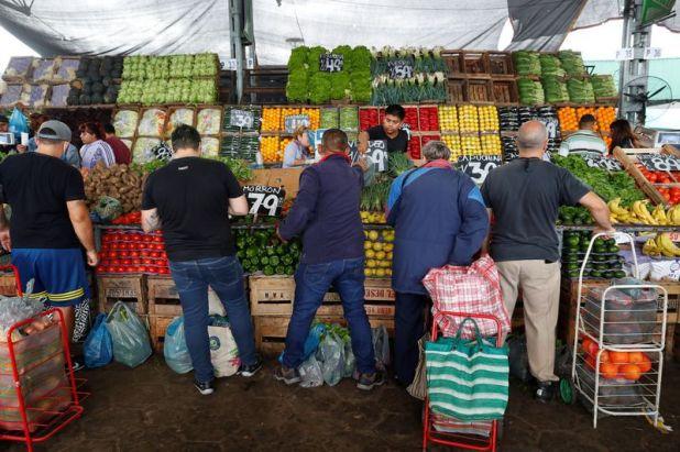 Personas en el mercado mayorista de alimentos Mercado Central, La Matanza, Buenos Aires, Argentina . Foto de archivo Apr 1, 2020. REUTERS/Agustin Marcarian