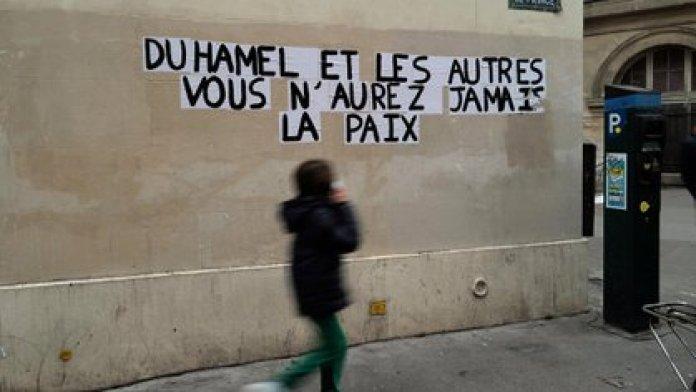 """Este mes, en París, en una pared se leía """"Duhamel y los demás, ustedes nunca tendrán paz"""". AP"""