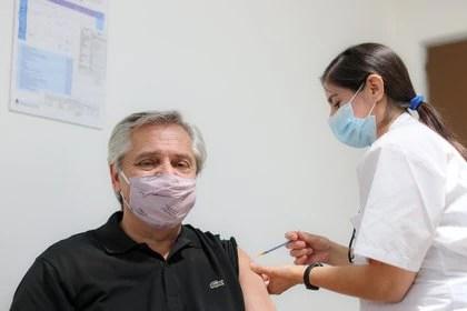 Alberto Fernández fue vacunado con la Sputnik K luego de que la ANMAT la autorizara para mayores de 60 años