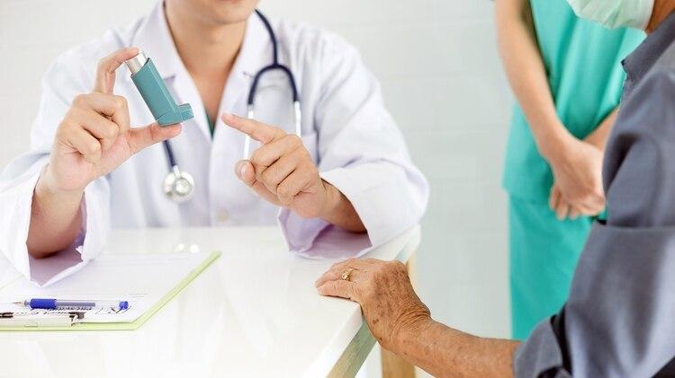 Resulta fundamental el uso adecuado de los dispositivos inhalatorios para que la terapia resulte efectiva (Shutterstock)