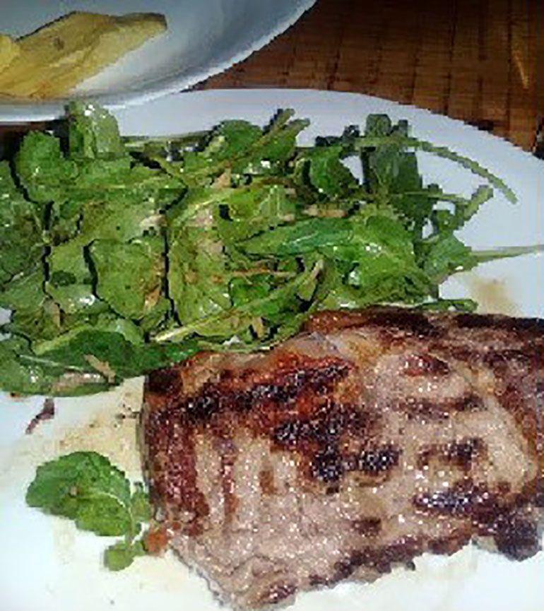 Bife de chorizo con guarnición, uno de los platos del menú principal