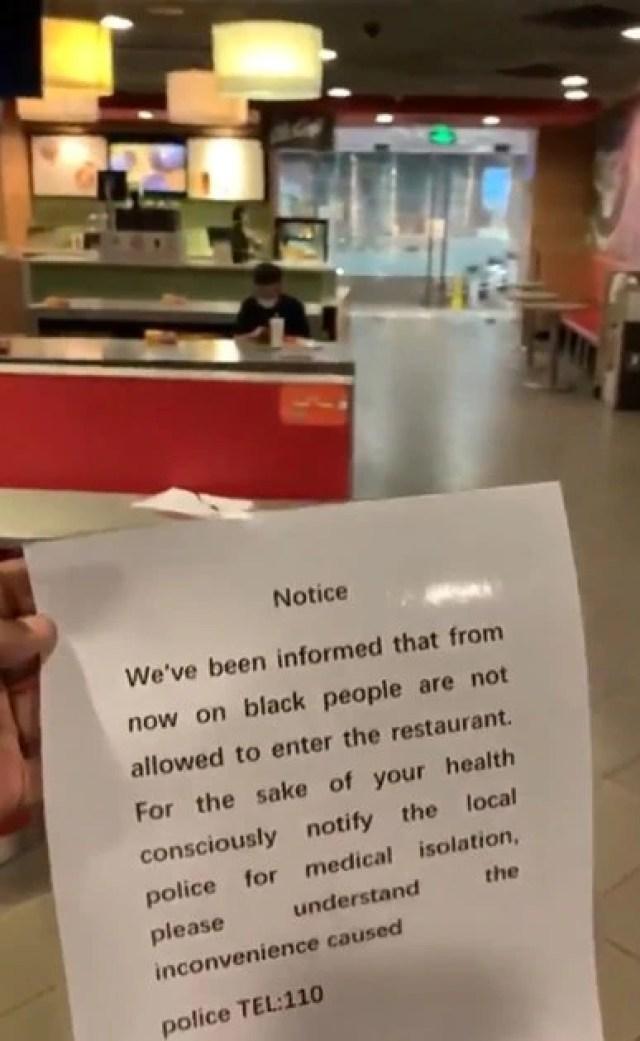 """""""No se permite a los negros entrar en el restaurante"""", reza el brutal y contundente mensaje colocado en un local de comidas rápidas, que luego se disculpó por lo ocurrido"""