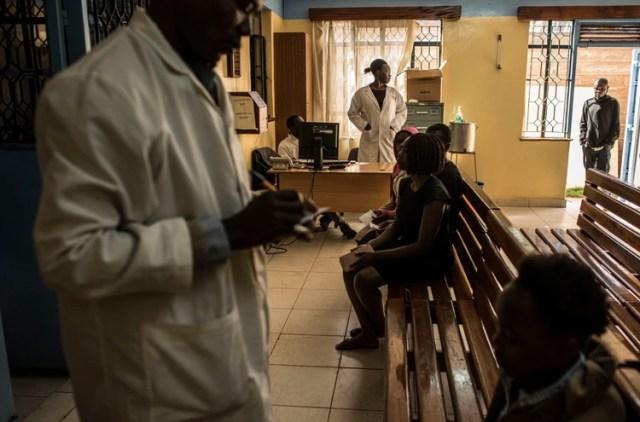El vestíbulo de la Clínica médica Tabitha en Kibera, Kenia, 14 de agosto de 2018. La creciente disponibilidad de antibióticos ha acelerado un inconveniente alarmante: los medicamentos están perdiendo su capacidad de matar los gérmenes que fueron creados para vencer. Un estudio encontró que el 90 por ciento de los hogares en el vecindario había usado antibióticos el año anterior. (Andrew Renneisen / The New York Times)