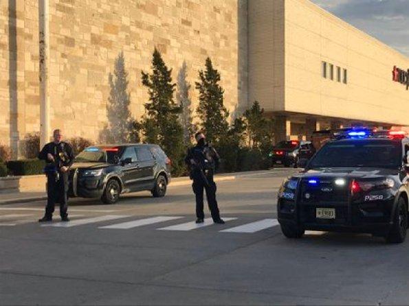 Agentes de diversas fuerzas de seguridad se encuentran vigilando el centro comercial
