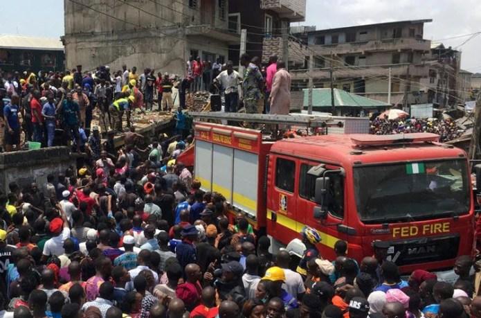 Rescatistas y una multitud de personas llegaron al lugar