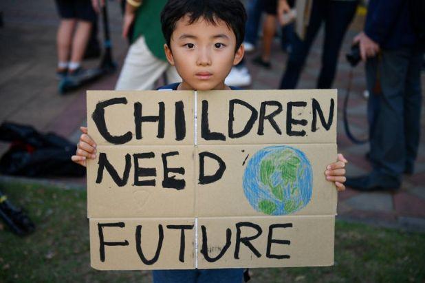 Un niño sostiene una pancarta durante una protesta contra las consecuencias del cambio climático en el parque Lumpini en Bangkok. 29 de noviembre 2019. REUTERS/Chalinee Thirasupa