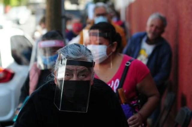 Tras dar a conocer el cumplimiento de la meta de vacunación en la CDMX diversos adultos mayores continuaron asistiendo a los centros de vacunación (Foto: Daniel Augusto/cuartoscuro.com)