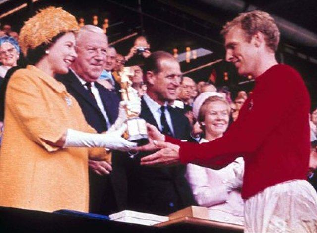30 de julio de 1966, la reina de Inglaterra Isabel II le entrega la Copa del Mundo al capitán de la selección inglesa, Bobby Moore