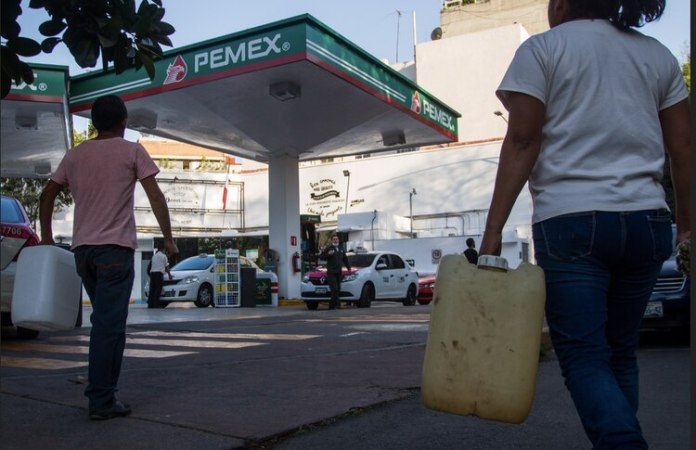 Some people tried to buy gas in gallons (Photo: Cuartoscuro)