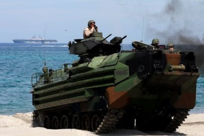 The USS Makin Island can transport 1,600 Marines and the necessary means for their landing, such as this AAV-7A1 amphibious assault vehicle (REUTERS / Eloisa Lopez / File)