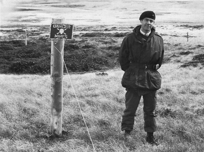 El coronel Geoffrey Cardozo en las islas Malvinas: viajó después de la guerra y tuvo la difícil tarea de recoger los cuerpos de los caídos de los campos de batalla para darles sepultura en Darwin