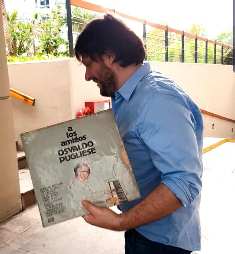 El diputado porteño Leandro Santoro le llevó a Alberto Fernández un vinilo de regalo (@SantoroLeandro)
