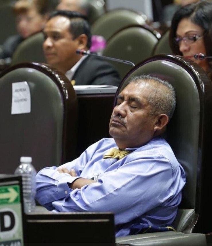 Esta es la tercera vez que Manuel Huerta Martínez duerme en su escaño (Foto: Twitter)