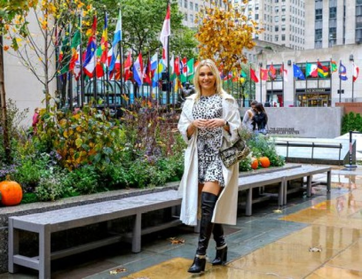 Irina Baeva disfrutó de un día lluvioso paseando por las calles de Midtown, en Manhattan. La actriz española de telenovelas lució un vestido animal print, un piloto y unas bucaneras (Foto: Splash News / The Grosby Group)