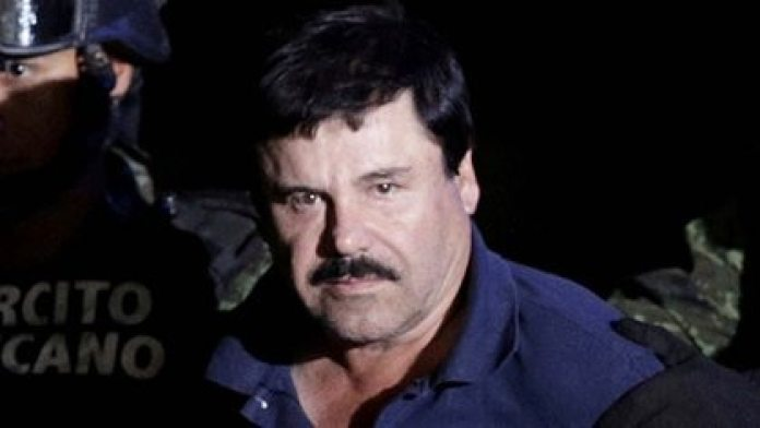 """FILE PHOTO: Recaptured drug lord Joaquin """"El Chapo"""" Guzman is escorted by soldiers at the hangar belonging to the office of the Attorney General in Mexico City, Mexico January 8, 2016. REUTERS / Henry Romero / File Photo"""