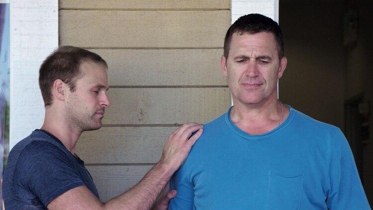 Charlie Goldsmith aplica su energía sanadora con pacientes de dolencias severas