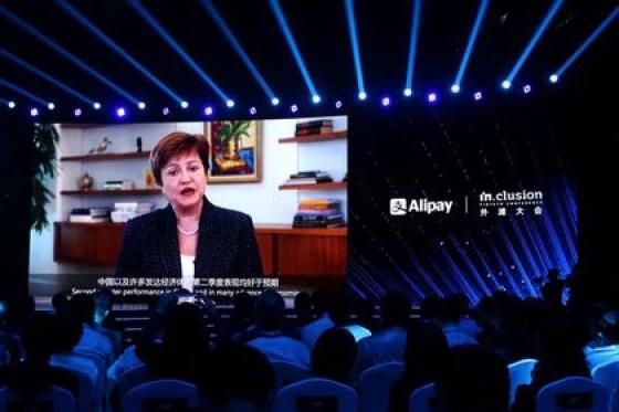 Kristalina Georgieva, directora gerente del Fondo Monetario Internacional (FMI), and una pantalla gigante mientras pronuncia un discurso a través de un video and una conferencia in Shanghái, China.  September 24, 2020. REUTERS / Cheng Leng
