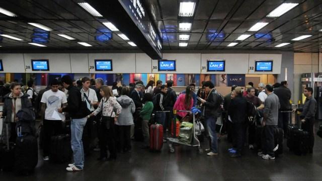 Según un artículo de AP a principios de año, cada vez más jovenes argentinos con estudios planean irse a vivir y trabajar afuera (NA)