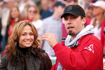 11 de octubre de 2003. Jennifer Lopez y y Ben Affleck en el Fenway Park en Boston (EFE)