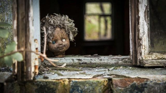 Una muñeca abandonada en uno de los edificios de Pripyat, la ciudad más cercana a la central de Chernobyl (Shutterstock)
