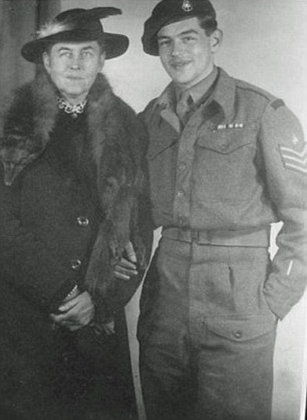 Colin junto a su madre. Estaba con ella en un café de Londres cuando conoció a quien sería el amor de su vida (Familia Anson)