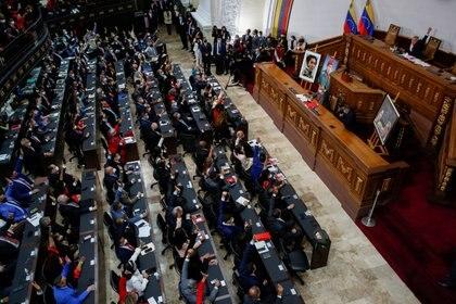 La gente levanta la mano durante la ceremonia de juramento de la nueva legislatura de la Asamblea Nacional de Venezuela, en Caracas, Venezuela. REUTERS/Fausto Torrealba