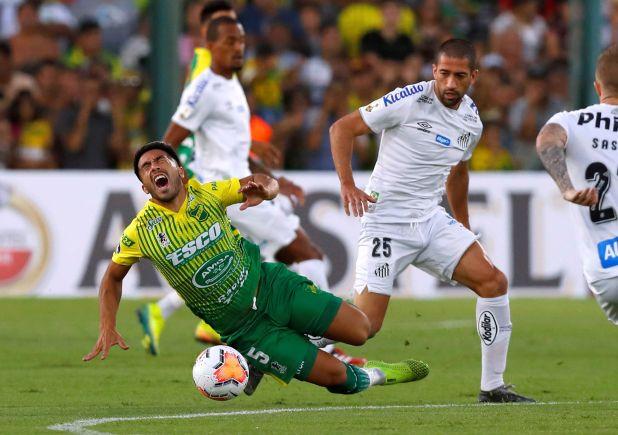 En el partido de ida que se jugó en Buenos Aires antes del parate por la pandemia de coronavirus, Santos venció 2-1 a Defensa y Justicia (REUTERS/Agustin Marcarian)