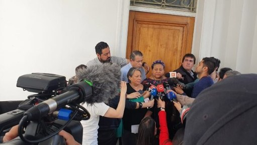 Menchú y Whpei hablaron con la prensa en las puertas del Instituto Nacional de DDHH de Chile