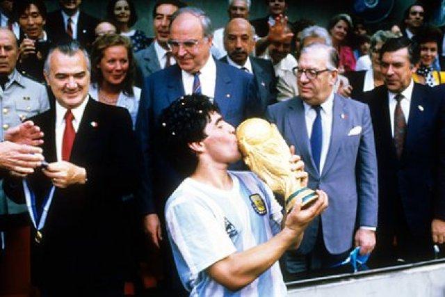 Diego Armando Maradona levanta la copa del mundo (Foto: Reuters)