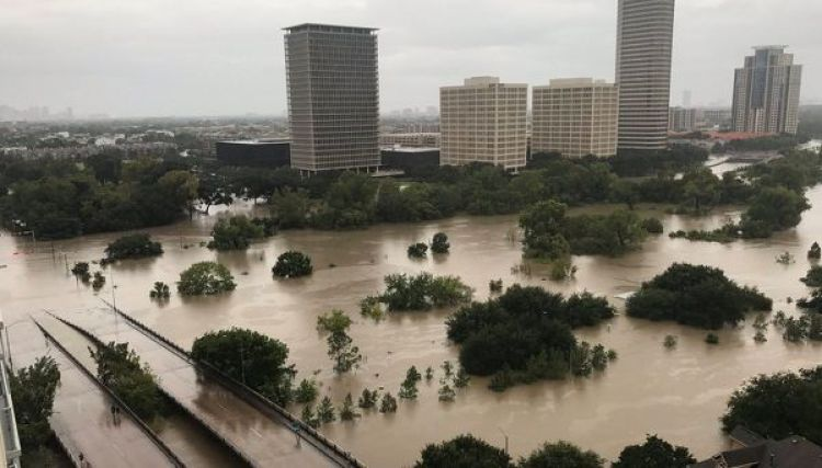 El centro de Houston, inundado por el río Buffalo Bayou, cuyo nivel está por subir(Reuters)