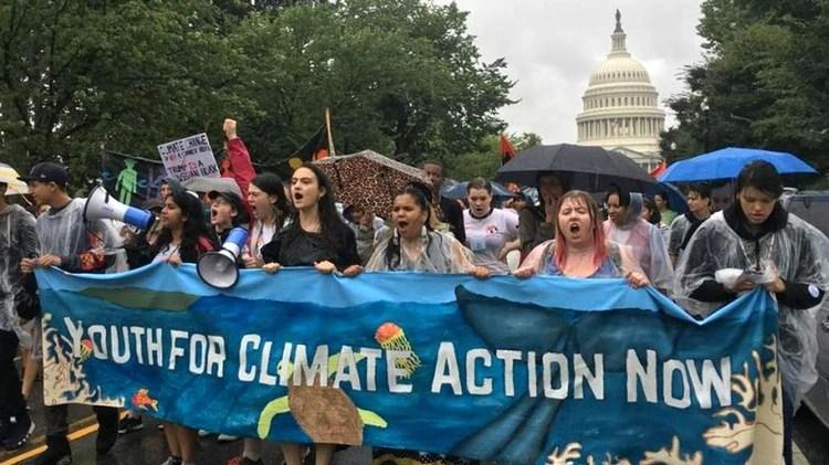 Jamie Margolin (en el centro, vestida de negro) encabeza la manifestación de Zero Hour en Washington