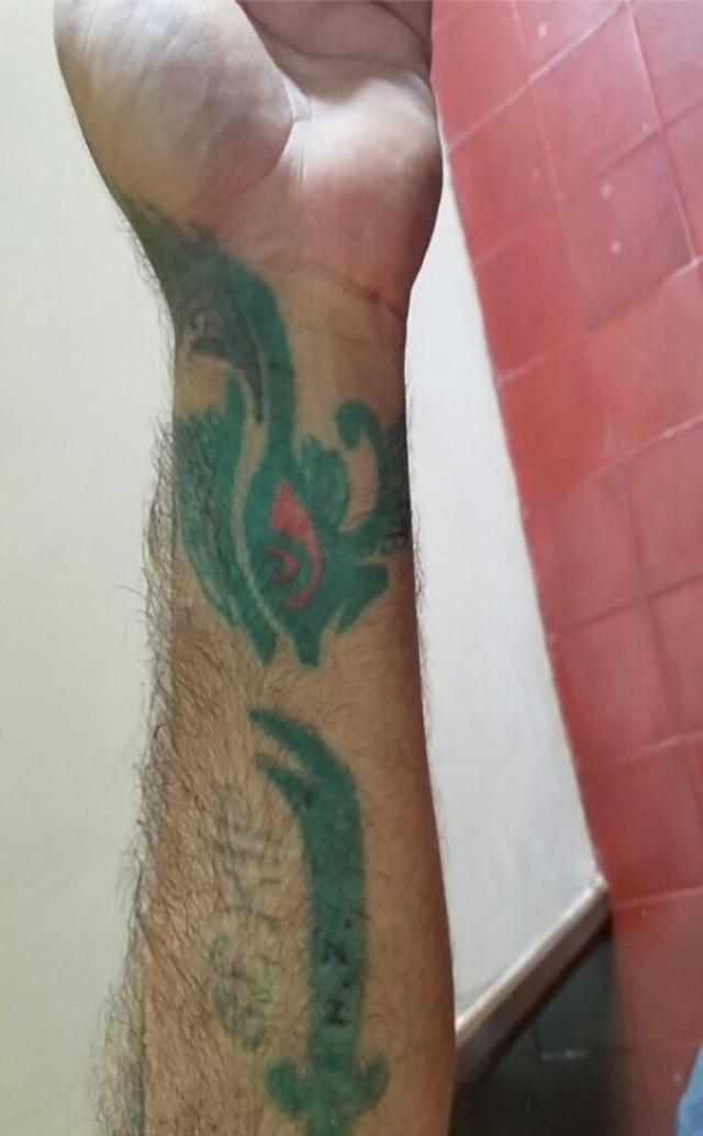 El brazo de Uç, uno de los prófugos turcos, lleva un tatuaje con la espada de doble punta de Alí