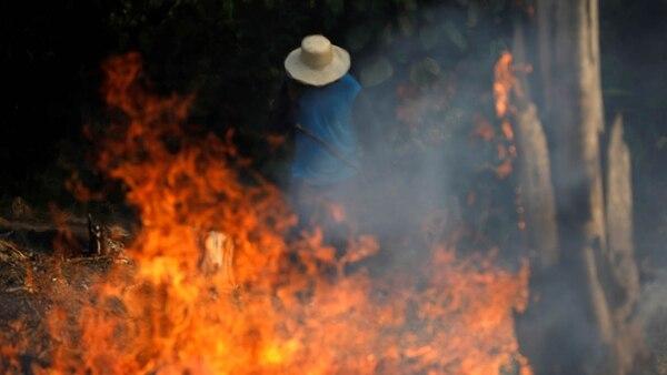 Un hombre trabaja en una zona en llamas de la selva amazónica en Iranduba, Brasil, el 20 de agosto de 2019 (REUTERS/Bruno Kelly)