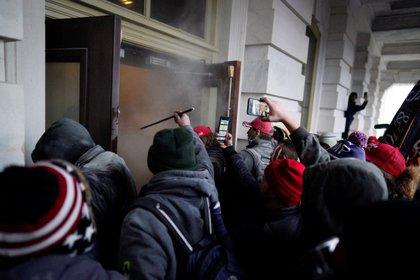 Decenas de seguidores del presidente saliente de Estados Unidos, Donald Trump, fueron registrados miércoles 6 e enero al ingresar a la fuerza al Capitolio estadounidense, en Washington DC (EFE/Will Oliver)