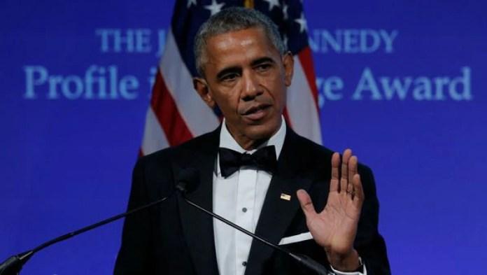 El ex presidente de EEUU Barack Obama al ser galardonado en los Premios Perfiles de Coraje (Reuters)