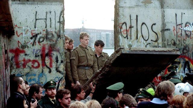 Guardias fronterizos de Alemania Oriental observan la caída del Muro de Berlín. Noviembre de 1989 (Reuters)