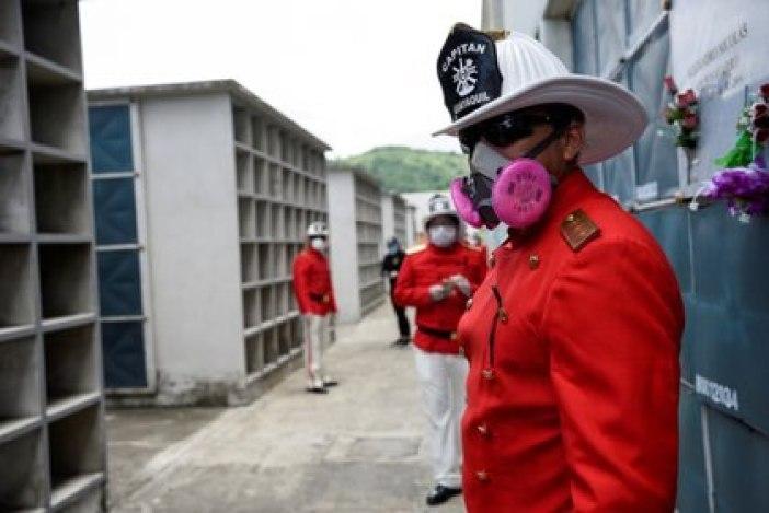 Bomberos asisten al funeral del jefe Luis Páez tras su muerte por COVID-19 en Guayaquil, Ecuador, el 24 de abril de 2020 (REUTERS/Santiago Arcos/Archivo Foto)
