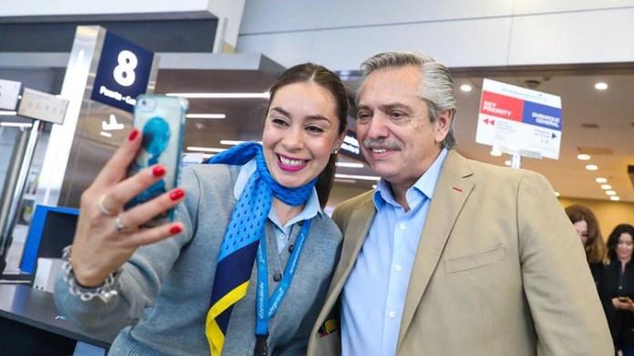 Selfies en el aeropuerto: Alberto Fernández voló hacia el debate con una reducida comitiva