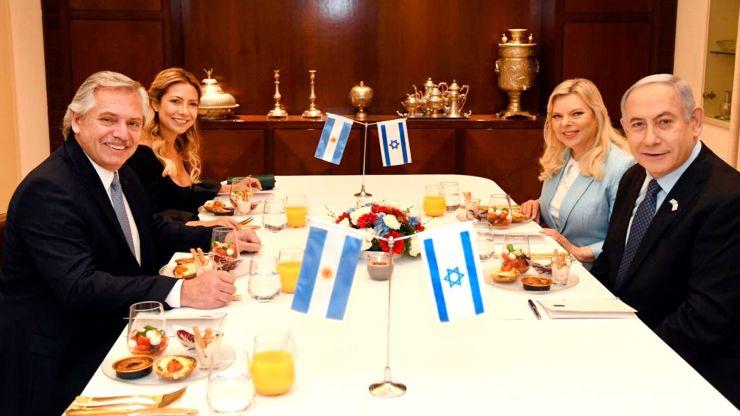 Los mandatarios compartieron la comida junto a sus parejas Fabiola Yañez y Sara Ben-Artzi