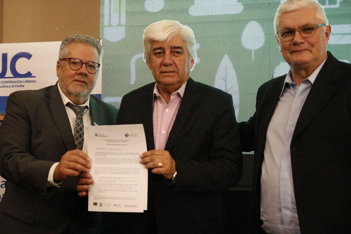 Manuel Fuentes, a la izquierda, durante el evento en la ciudad argentina de Corrientes