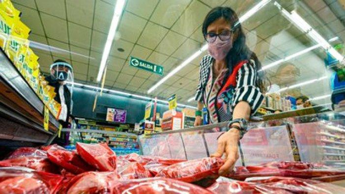 La secretaria de Comercio Interior, Paula Español, realizando un control de precios de la carne en un supermercado