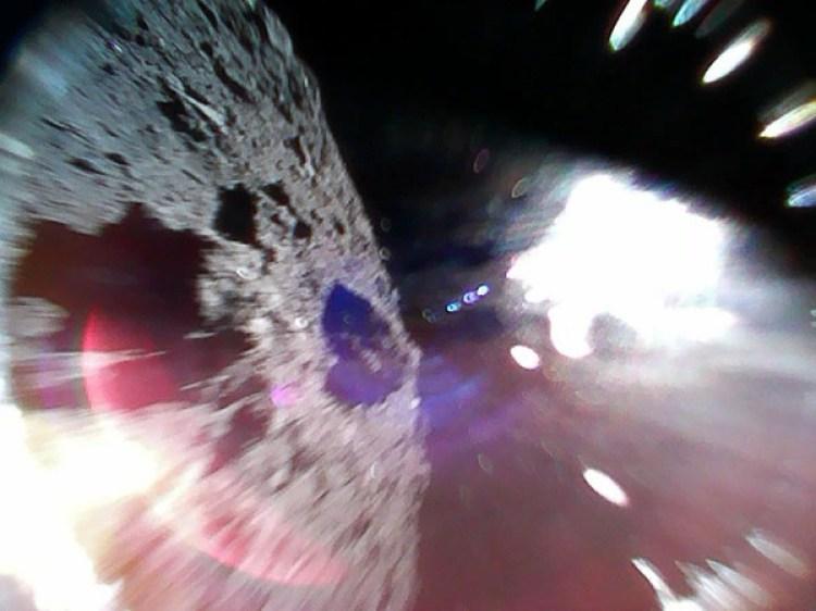 Una foto del asteroide tomadadurante uno de los saltos de los robots (JAXA)