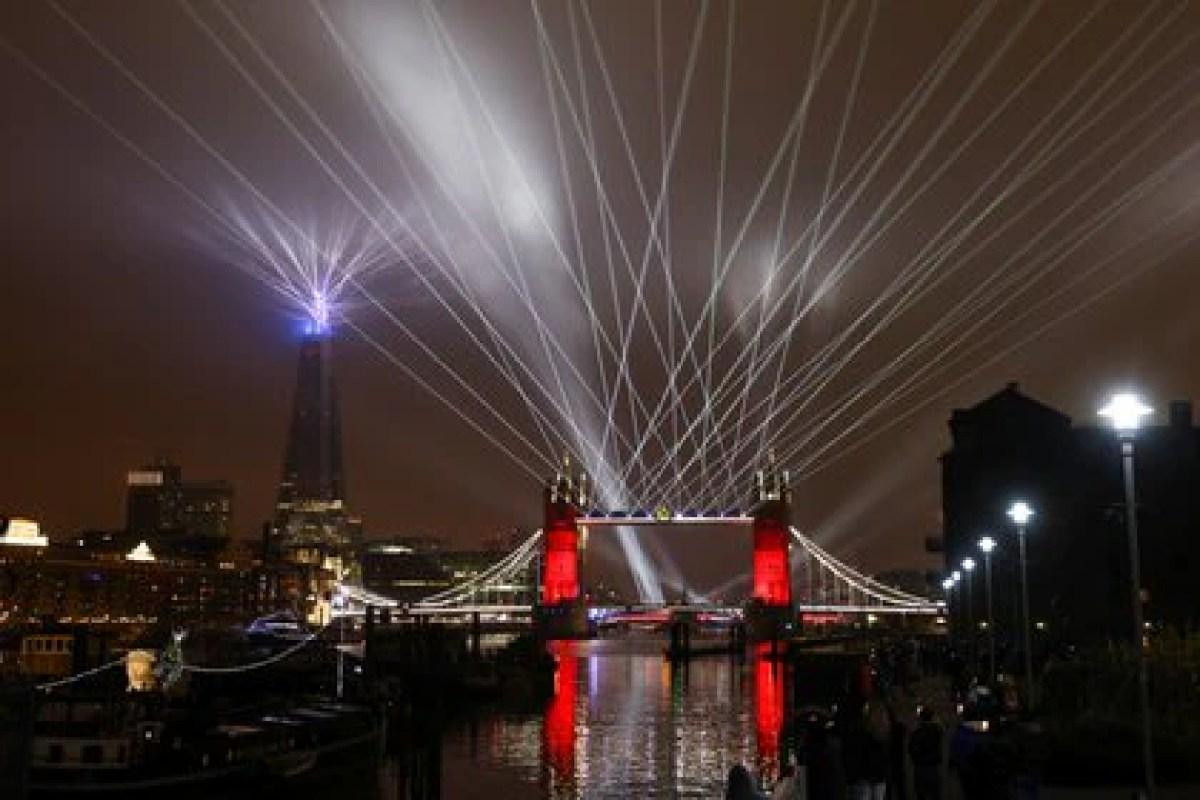 Espectáculo de luces sobre el río Támesis en Londres, Inglaterra (REUTERS/Simon Dawson)