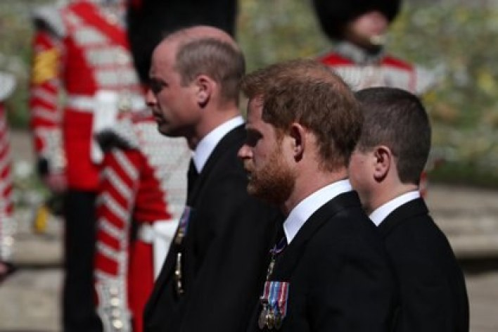 El reencuentro entre los príncipes William y Harry en el funeral de su abuelo
