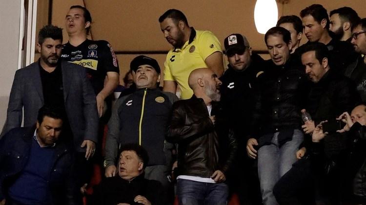 Maradona lo ve desde un palco, dado que está suspendido (Foto: REUTERS/Henry Romero)