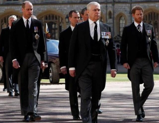 Los príncipes William y Harry junto al príncipe Andrés en el funeral de su abuelo Felipe, duque de Edimburgo (Reuters)