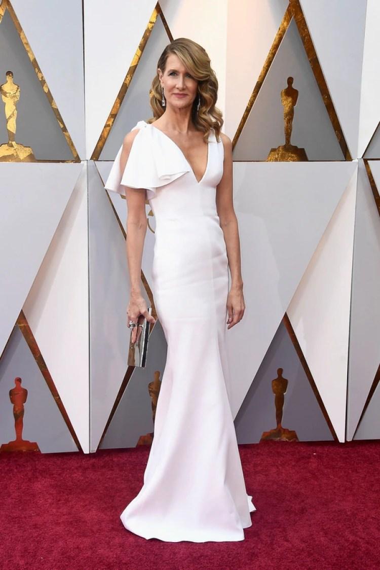 Laura Dern enfundada con un diseño sirena en blanco firmado por Calvin Klein 205W39NYC deslumbró con glamour en la alfombra roja de los Oscar 2018
