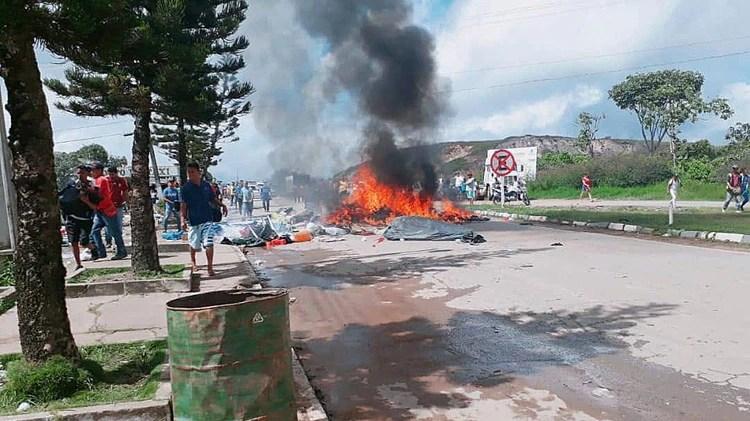 Ciudadanos brasileños se manifiestan contra la presencia de inmigrantes venezolanos en la localidad fronteriza de Pacaraima(EFE/Geraldo Maia)